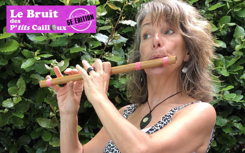 Françoise Danjoux qui joue de la flute dans le spectacle Pourquoi pas